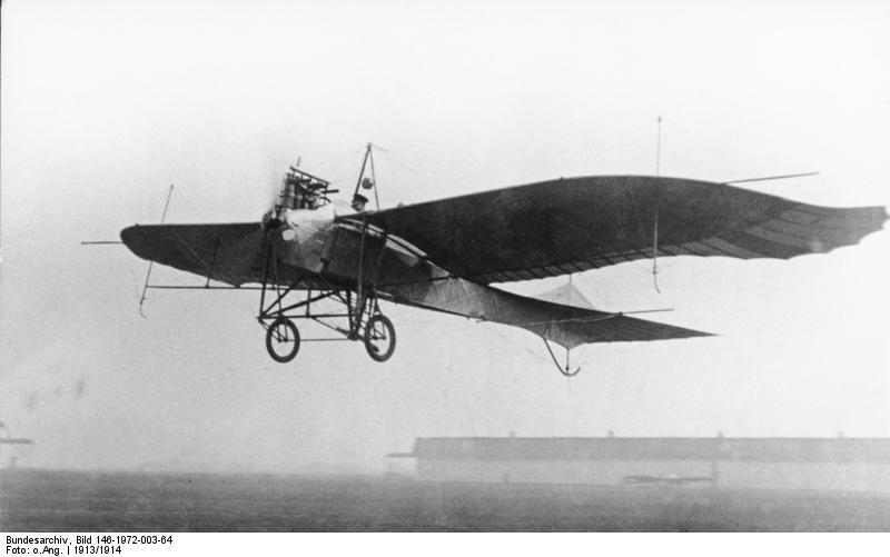 Flugzeug Rumpler-Taube nach dem Start